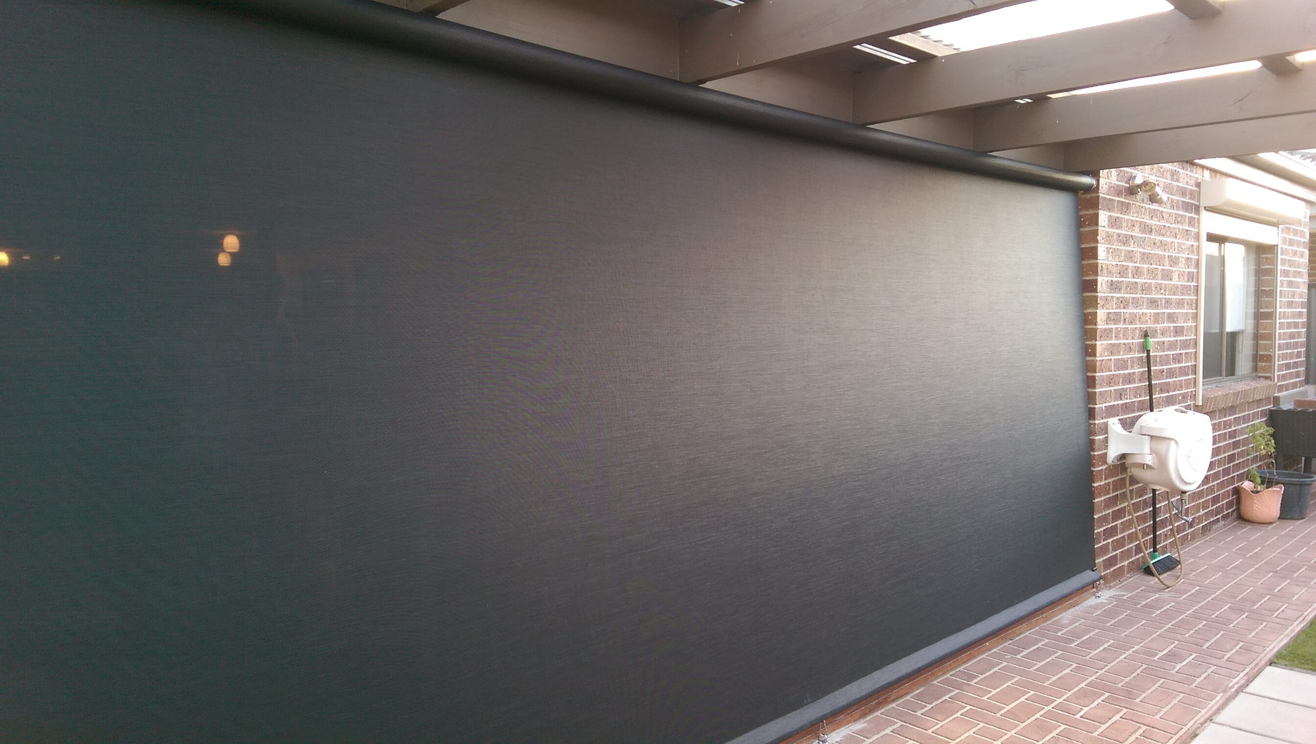 CAFE BLIND WITH VISTAWEAVE 5% OUTSIDE